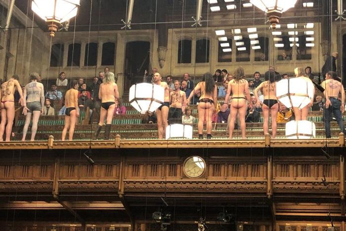 Ecologistas desnudos protestan contra el cambio climático en el Parlamento Británico