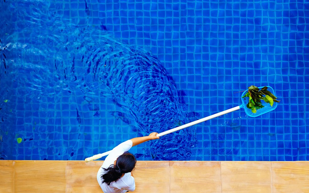 Cómo limpiar la piscina de forma sostenible y reducir emisiones